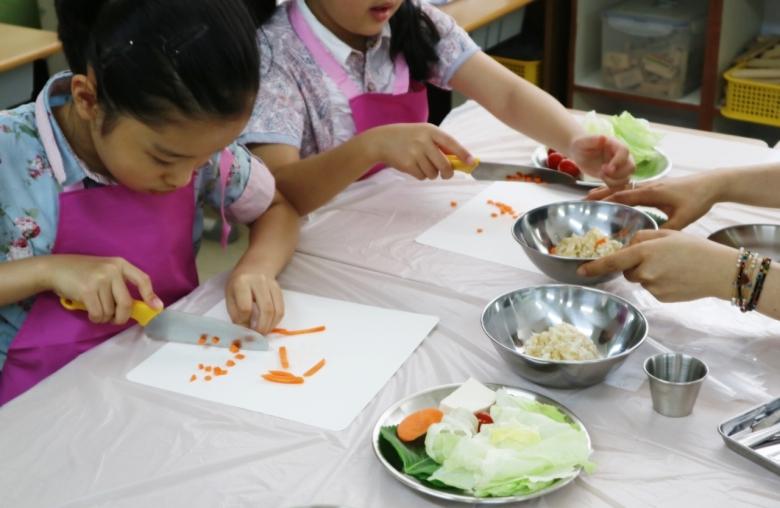 [사진=직접 채소를 요리하는 아이들 모습]