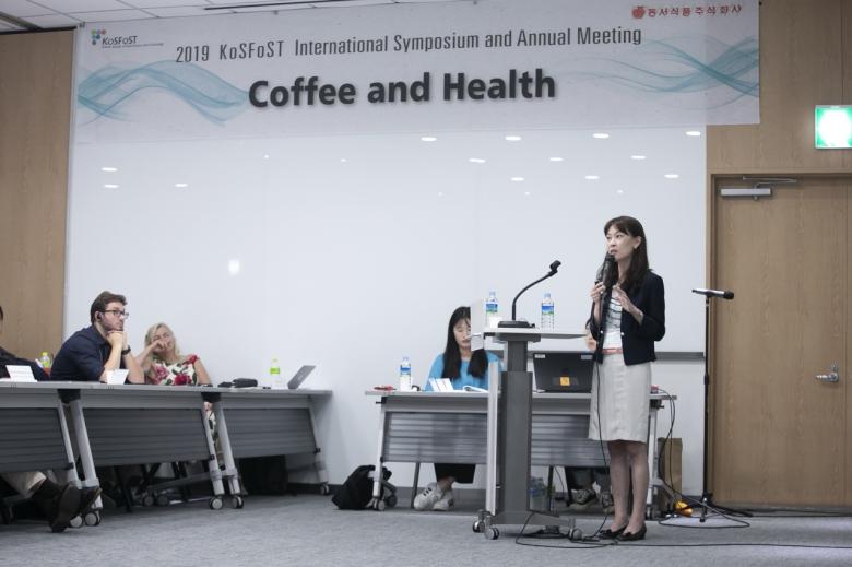 커피 섭취와 대사증후군과의 관련성을 주제로 강연중인 신상아 중앙대 교수.
