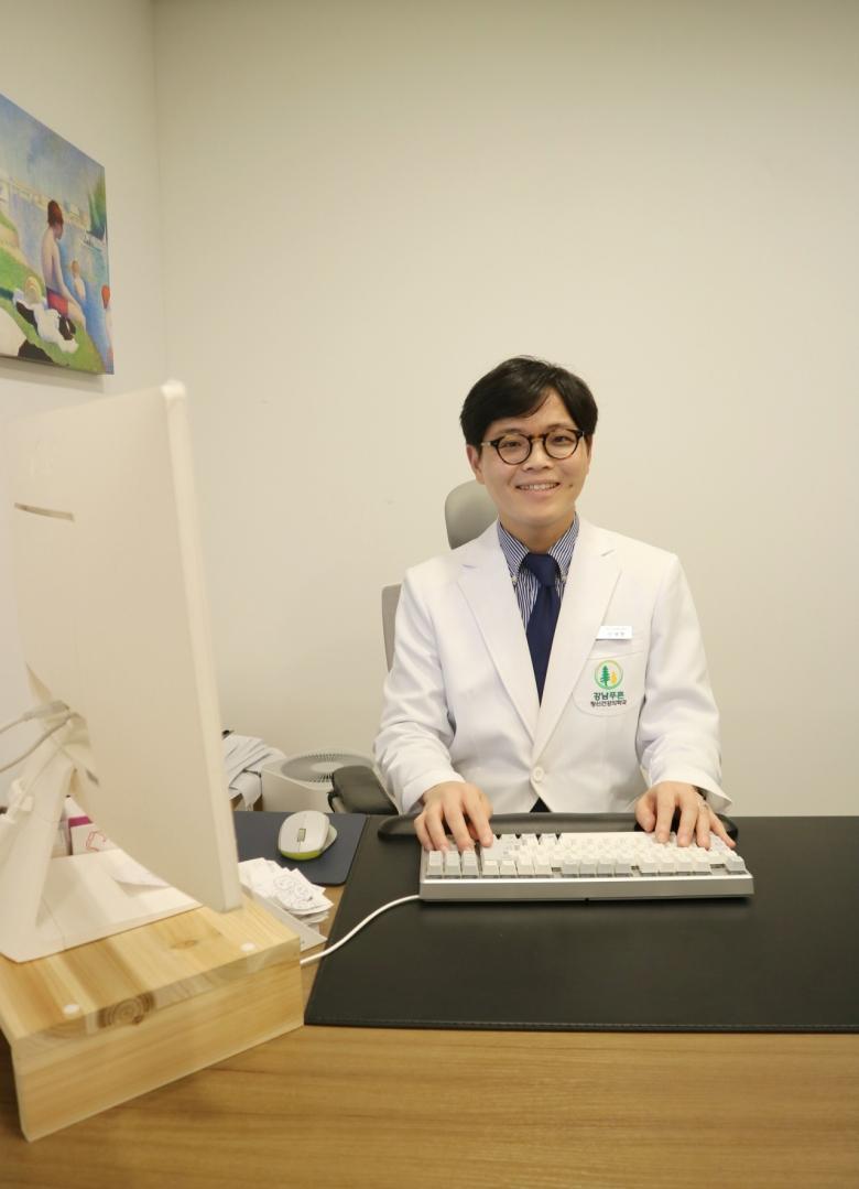진료실에서 신재현 원장 모습 [사진=육성연 기자]