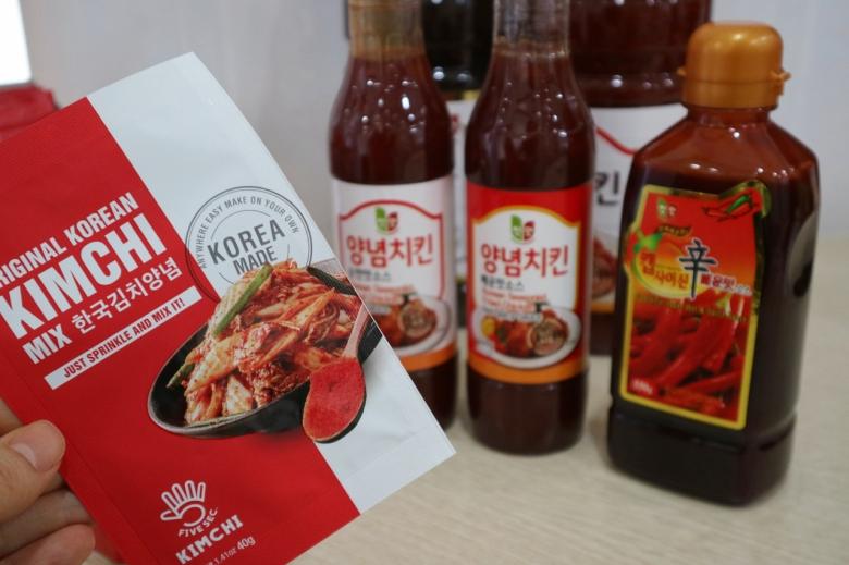 청우식품의 수출품 '양념치킨 매운맛소스' 와 '한국김치양념' [사진=육성연 기자]