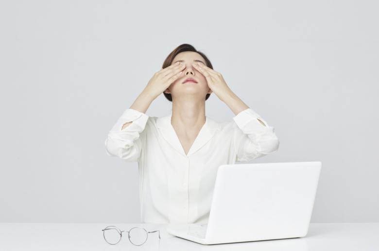 눈 건강을 지키기 위해서는 눈을 감아 휴식을 하고 눈을 마사지하는 것이 좋다.