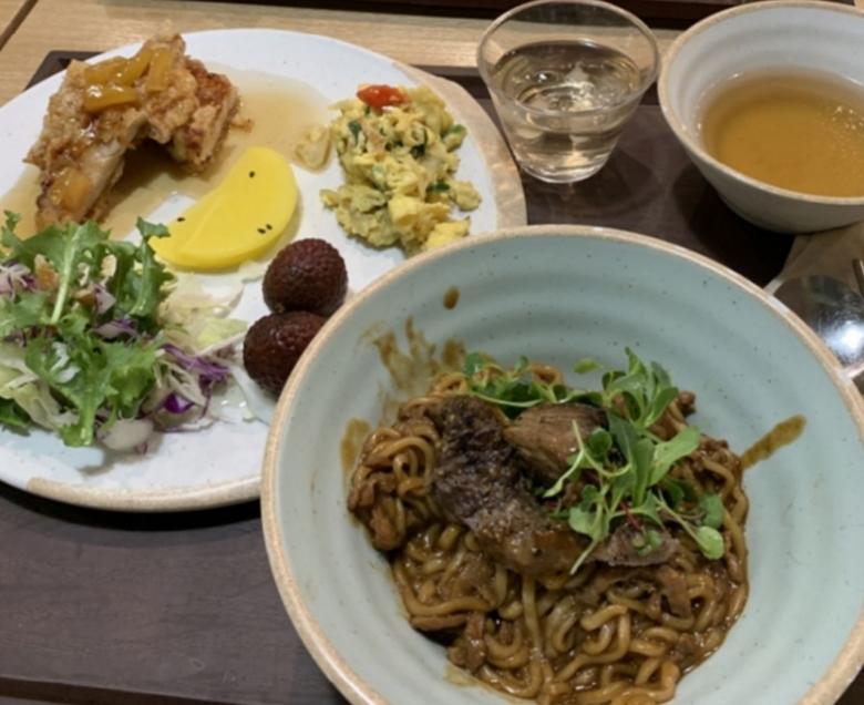 CJ ENM의 구내식당 메뉴로 등장한 한우 올린 짜파구리