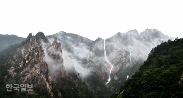 설악의 비경 토왕성폭포… 구름을 뚫은