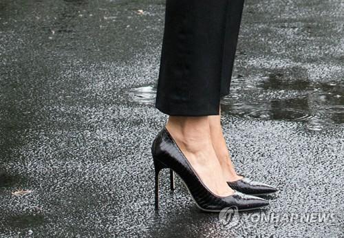 """""""수해현장서도 하이힐은 포기못해""""…멜"""