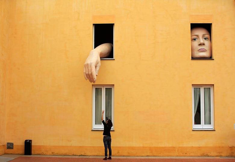 로이터가 전하는 지구촌 예술사진 10
