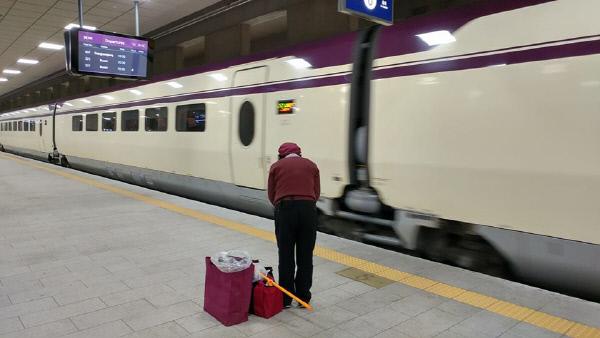 SRT 청소원들은 왜 열차에 인사를