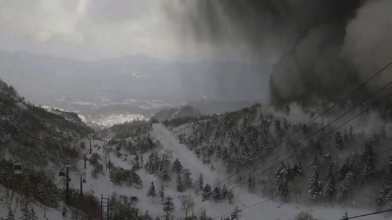 일본 군마현 화산 분화…화산 파편 '