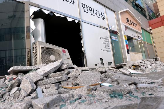 또 지진에 떤 포항, 새벽 대피 행렬