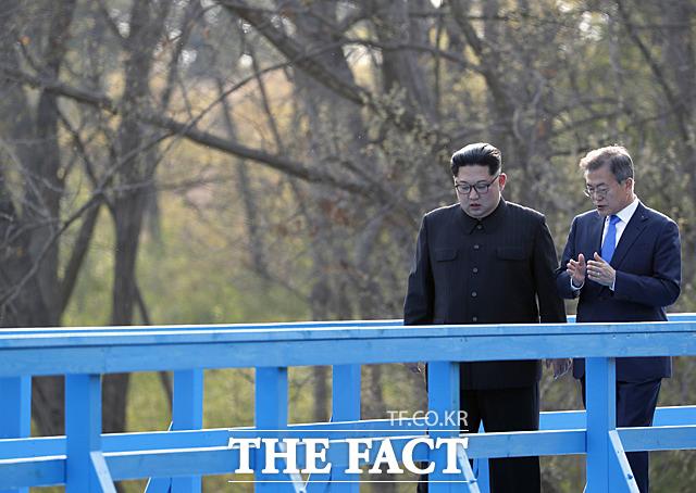 '건강 악화' 문재인 대통령과 '왕관