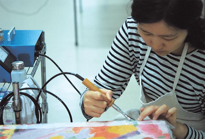 미술 작품을 치료하고 생명을 불어넣는