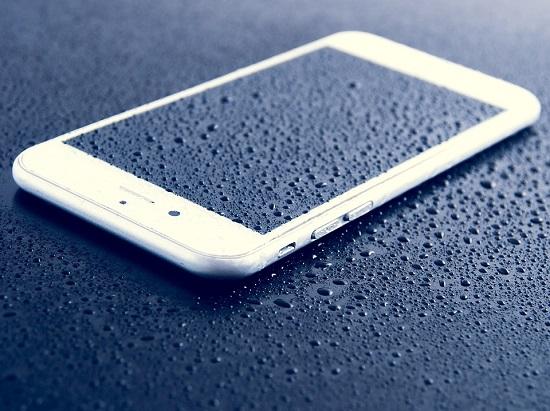 휴가철 스마트폰 침수 시 대처법은?