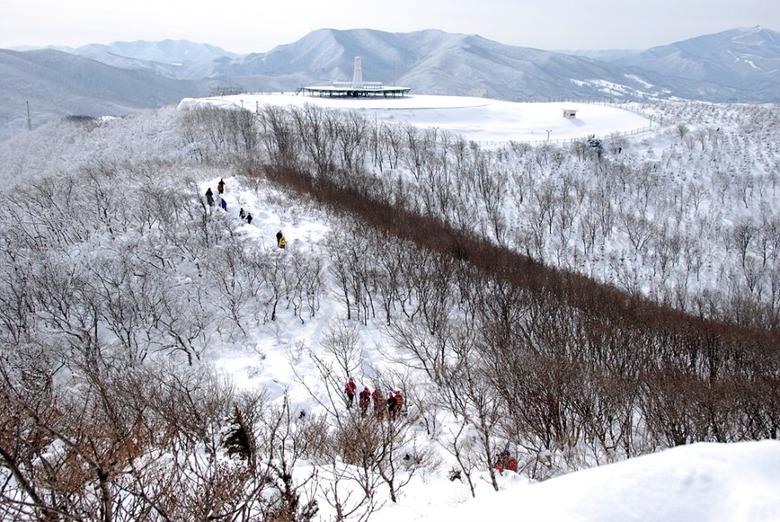 눈 쌓인 바람의 언덕을 걷다