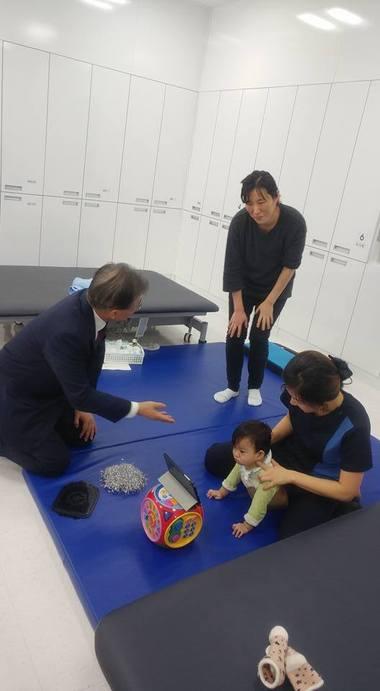 아이 앞에서 무릎 꿇은 문재인 대통령