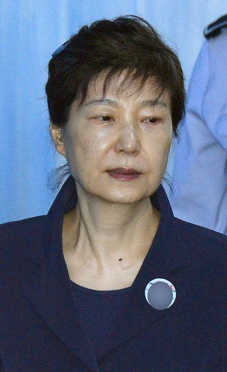 박 전 대통령, 사복에 '올림머리'…