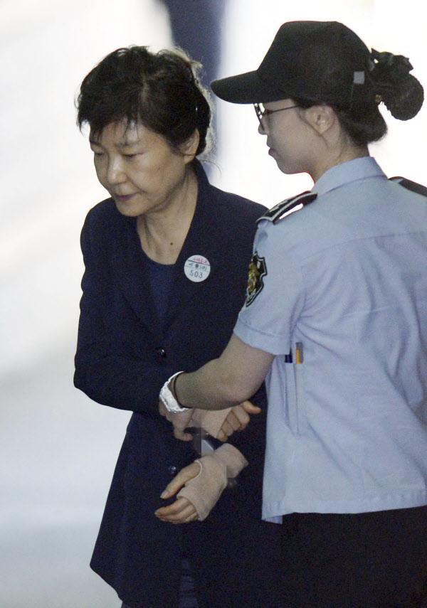 朴, 수갑 속 손목보호대 차고 법원