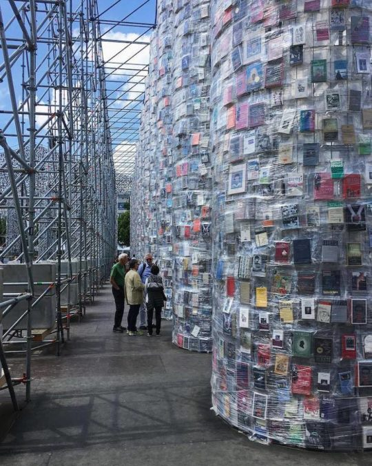 판매금지된 책 10만 권으로 만든 파