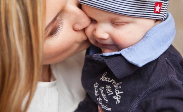 아기에게 함부로 뽀뽀하면 안되는 이유