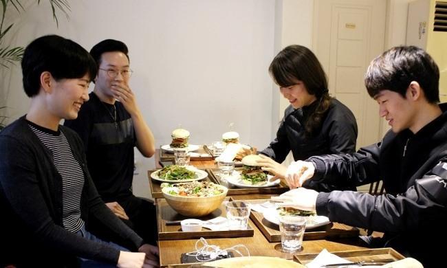 '채식한끼' 모임에 참석한 청년들. 취향에 맞게 채식 메뉴를 주문했다.