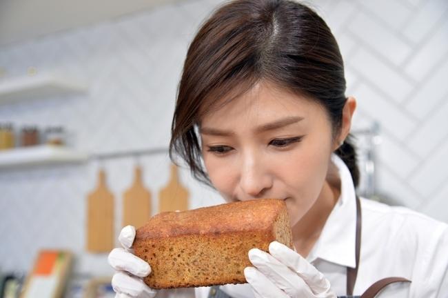 '아마란스 브로트' 향을 맡는 김경란 아나운서. 브로트는 독일식 '벽돌빵'을 말한다. [사진=윤병찬 기자]