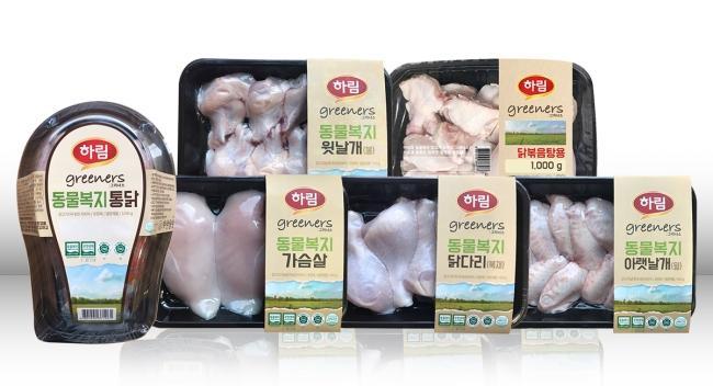 하림의 동물복지 인증 제품 '그리너스' 6종. 사육 단계부터 닭의 습성을 고려해 스트레스를 최소화한다.]