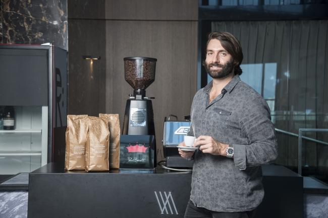 """2003년 WBC(세계 바리스타 챔피언십)에 역대 최연소 챔피언 자리에 오른 폴바셋. 그는 """"섬세한 커피맛을 끌어내는 역할에 충실할 것""""이라고 말한다."""