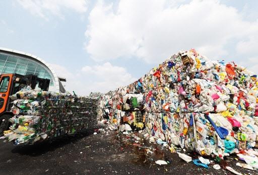 유통이나 소비 패턴의 변화로, 1인 가구가 급증하면서 플라스틱 사용량이 늘어나 환경문제를 초래하고 있다.