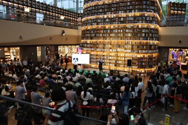 코헨이 지난 14일 스타필드 코엑스몰 별마당 도서관에서 '리저브와 함께 하는 별빛 이야기 명사 특강'에 나서 스페셜티 커피를 주제로 이야기를 펼치고 있다.