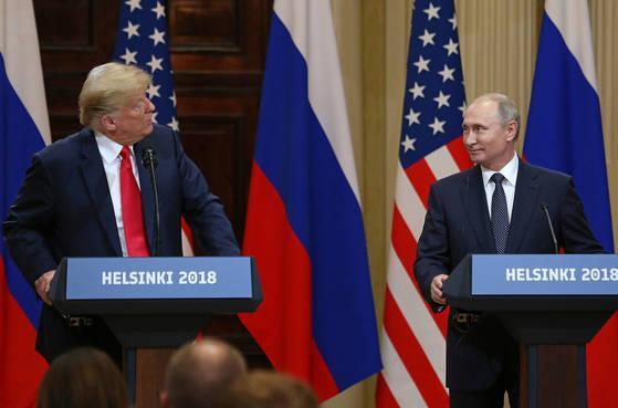 푸틴에게만 저자세 트럼프···美언론