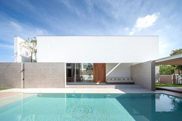 보일듯 말듯 벽뒤로 수영장을 감춘 집