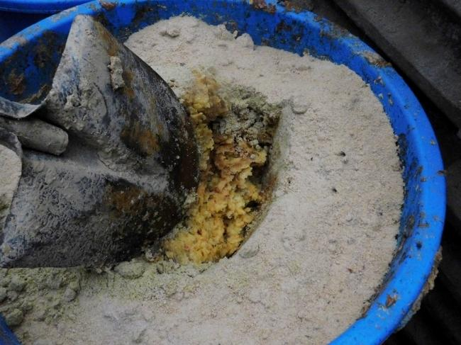 돼지들은 풀 외에도 사과, 양파 등 농업 부산물을 섞어 만든 천연사료를 먹는다.