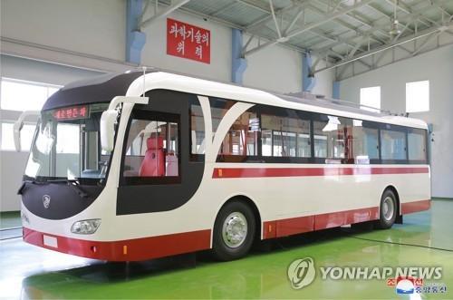 北김정은, 새모델 국산 버스에 만족…