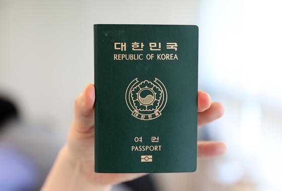 여권에 기념도장 꾹? 자칫하면 출국