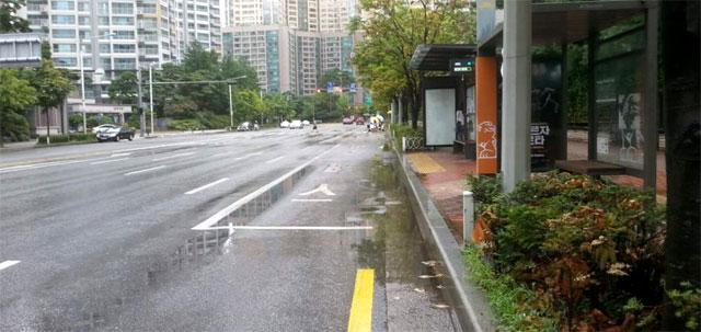 비 오는 날 버스정류장 물벼락 없앤다