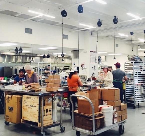 미국 워싱턴DC에 있는 유니온 키친의 공유주방. 회원들이 이 공간을 빌려서 식품 개발에 매진한다. [사진=유니온 키친]