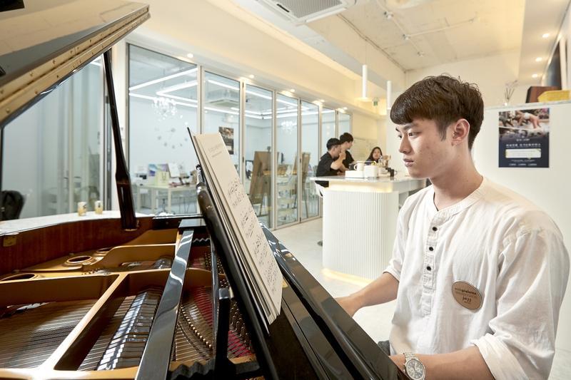 퇴근 뒤 '19금 피아노학원'에선 무
