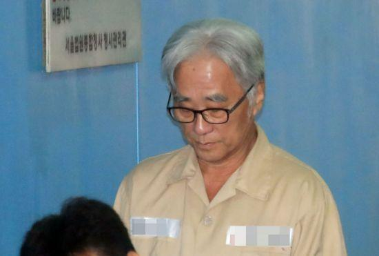 '상습 추행' 이윤택, 징역 6년…법