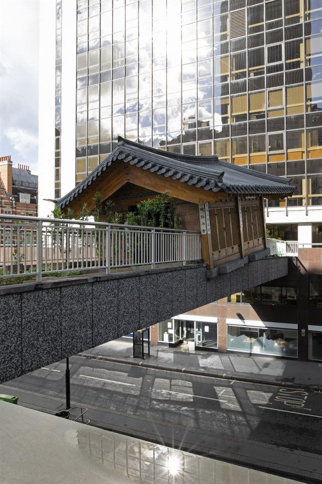 런던 빌딩숲 육교에 한옥이 걸린 까