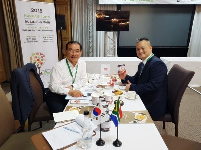 농업회사법인 ㈜영풍의 조재곤(왼쪽) 대표가 올해 6월 남아프리카공화국에서 열린 '코리안 푸드 비즈니스 페어'에 참석해 바이어에게 요뽀끼에 대해 홍보했다.