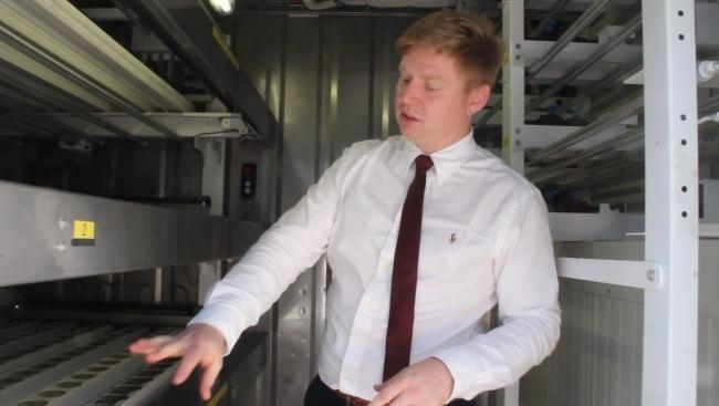 수직농장 컨테이너 내부를 설명하는 마틴 CEO