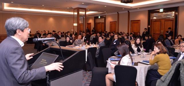 헤럴드경제 2019 컨슈머포럼에 참석한 청중들이 2019년 소비시장 트렌드를 집중적으로 전망하는 발제에 귀를 기울이고 있다. 사진=정희조 기자/checho@heraldcorp.com