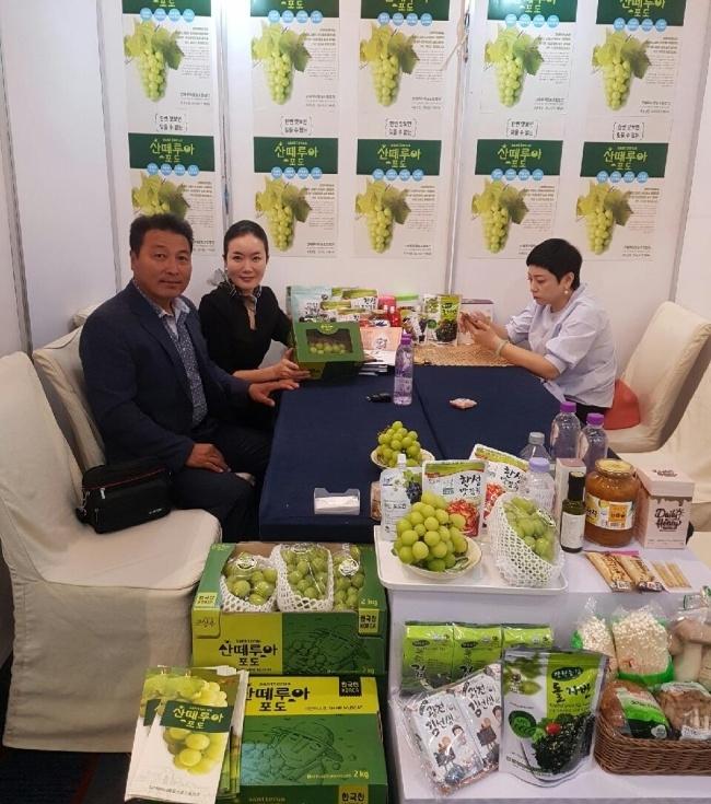 산떼루아는 지난 9월 베이징에서 열린 'K-푸드 페어'에 참여했다. 당시 행사장 부스에서 김동근 대표이사(맨 왼쪽)가 현지 바이어들에게 샤인머스캣을 소개했다. [사진=산떼루아]