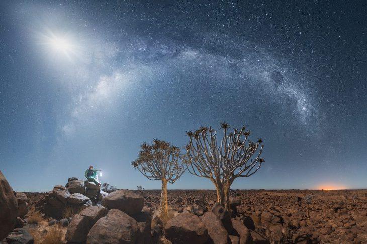 나미브 사막의 별의 일주를 촬영한 사