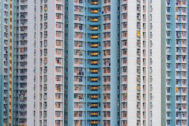 홍콩의 높은 고층아파트의 밀도를 담은
