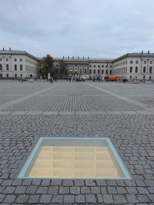 베벨광장의 작은 유리창, 독일이 과거