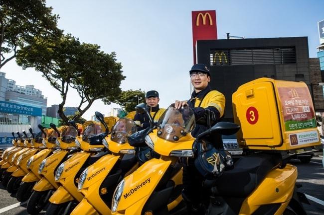 [맥도날드 제주노형점의 전기바이크. 맥도날드는 2021년까지 100% 친환경 전기바이크를 운영 예정이다]
