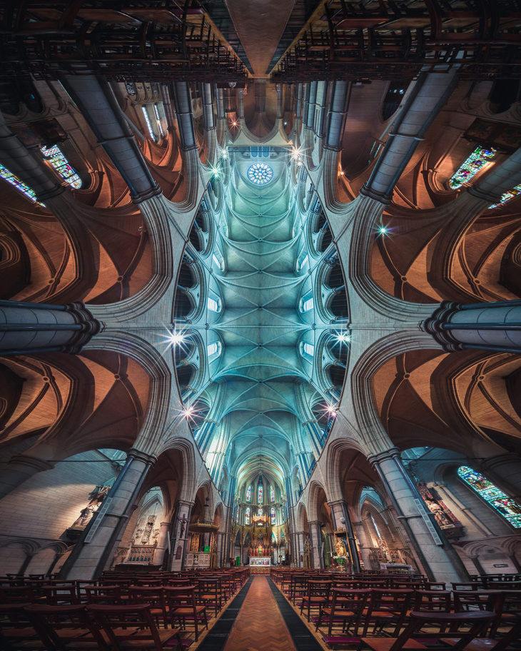 고딕양식의 성당 건물 내부의 경이로운