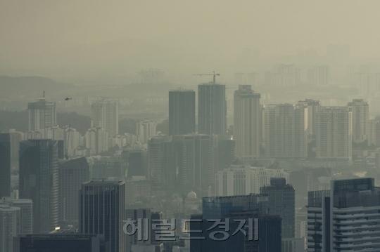 [사진=서울 및 수도권에 미세먼지가 연일 '매우 나쁨' 수준으로 예상되고 있다. 헤럴드DB]