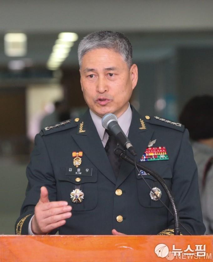 지드래곤 특혜 논란에 김용우 육군참모