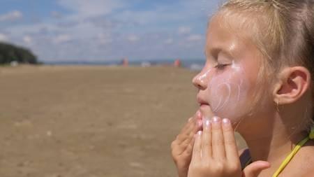 [사진설명=자외선으로 인한 피부노화를 막기 위해서는 자외선 차단제를 수시로 발라주는 것이 좋다.]