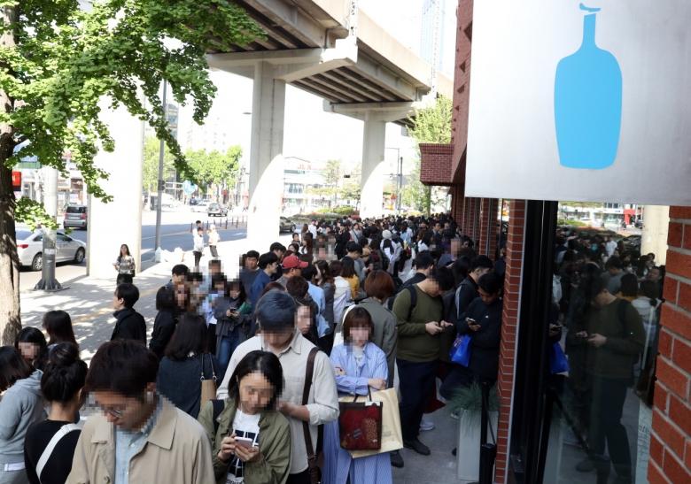 미국 커피 브랜드 블루보틀 국내 1호점이 개장한 지난 3일 오전 고객들이 서울 성동구 블루보틀 성수점에 줄을 서 있다. [연합뉴스 제공]